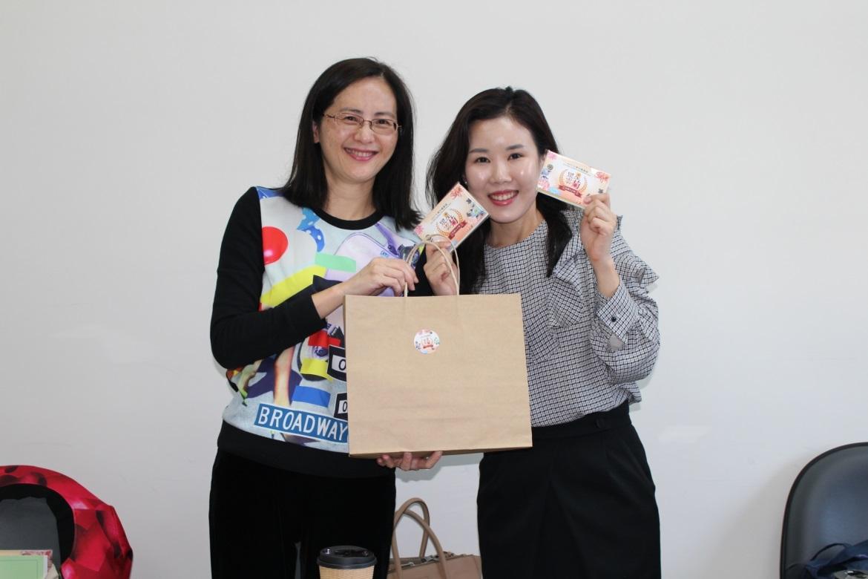 圖2.工務局公園處黃淑如副處長與韓國代表Hae ri Park交換紀念品展現情誼