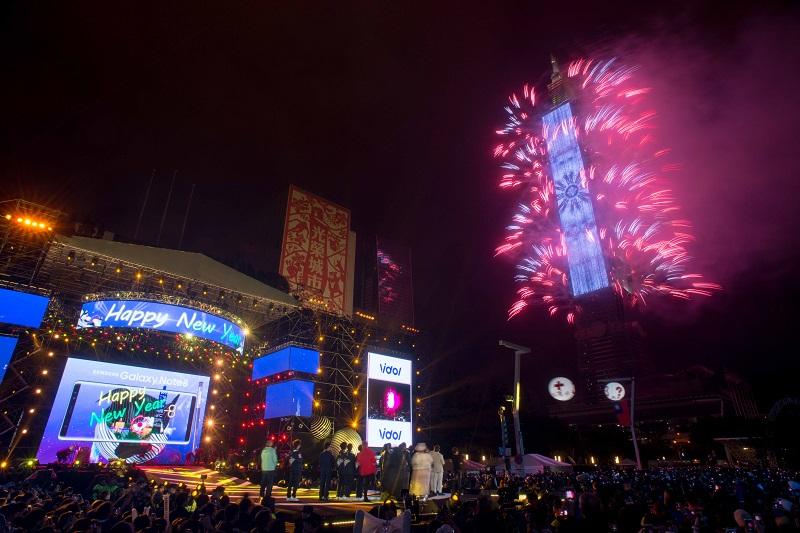 台北101新年大秀,結合煙火與燈光秀,精彩程度更升級。