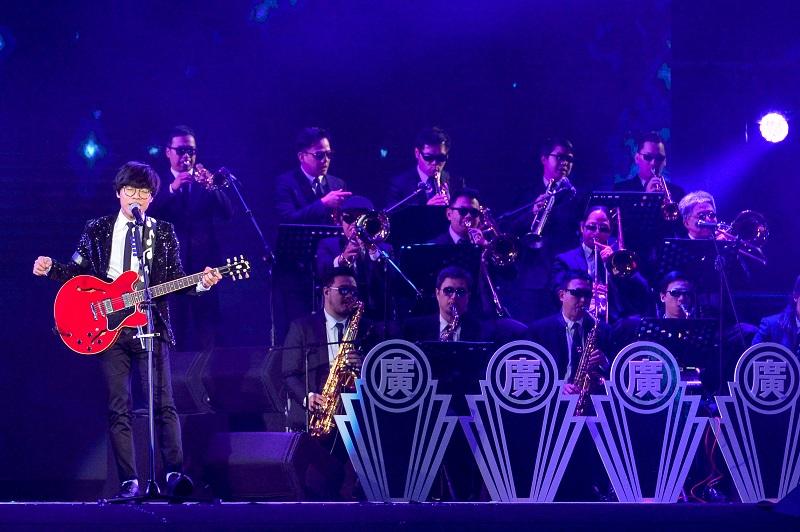 「國民暖男神」盧廣仲擔任跨年倒數前嘉賓,與管弦樂者同台帶來精采演出。