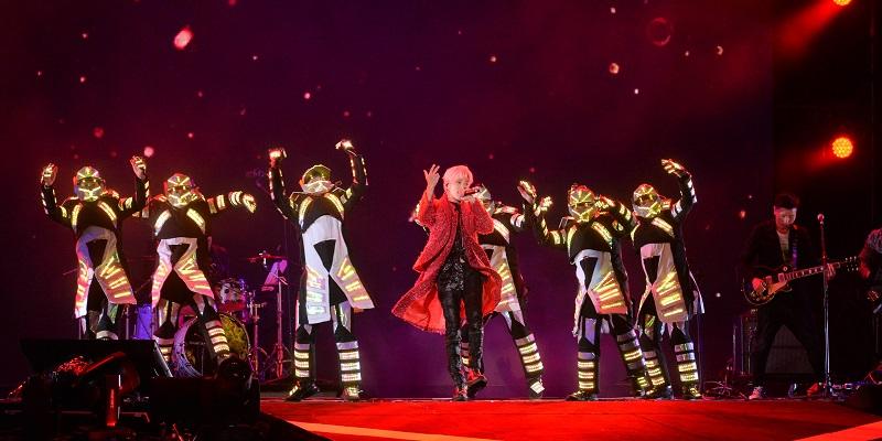 Bii畢書盡唱響2018新年,與舞團帶來活力四射的勁歌熱舞。