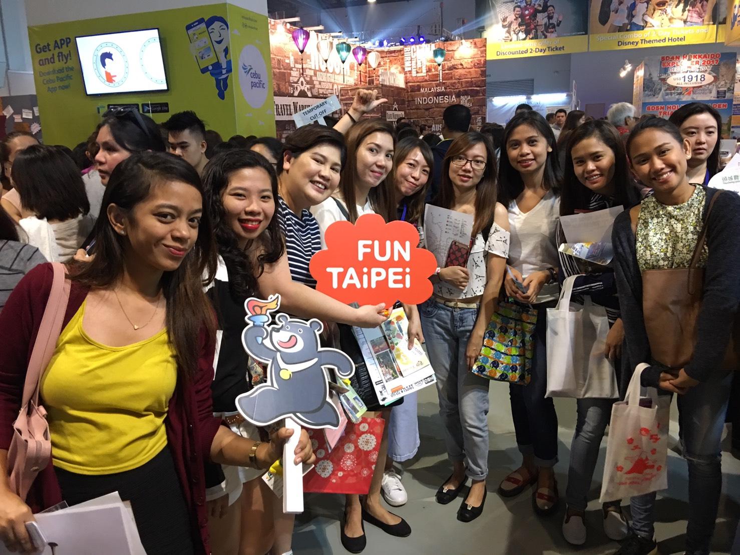 臺北市攤位吸引許多業者及旅客詢問旅遊資訊。