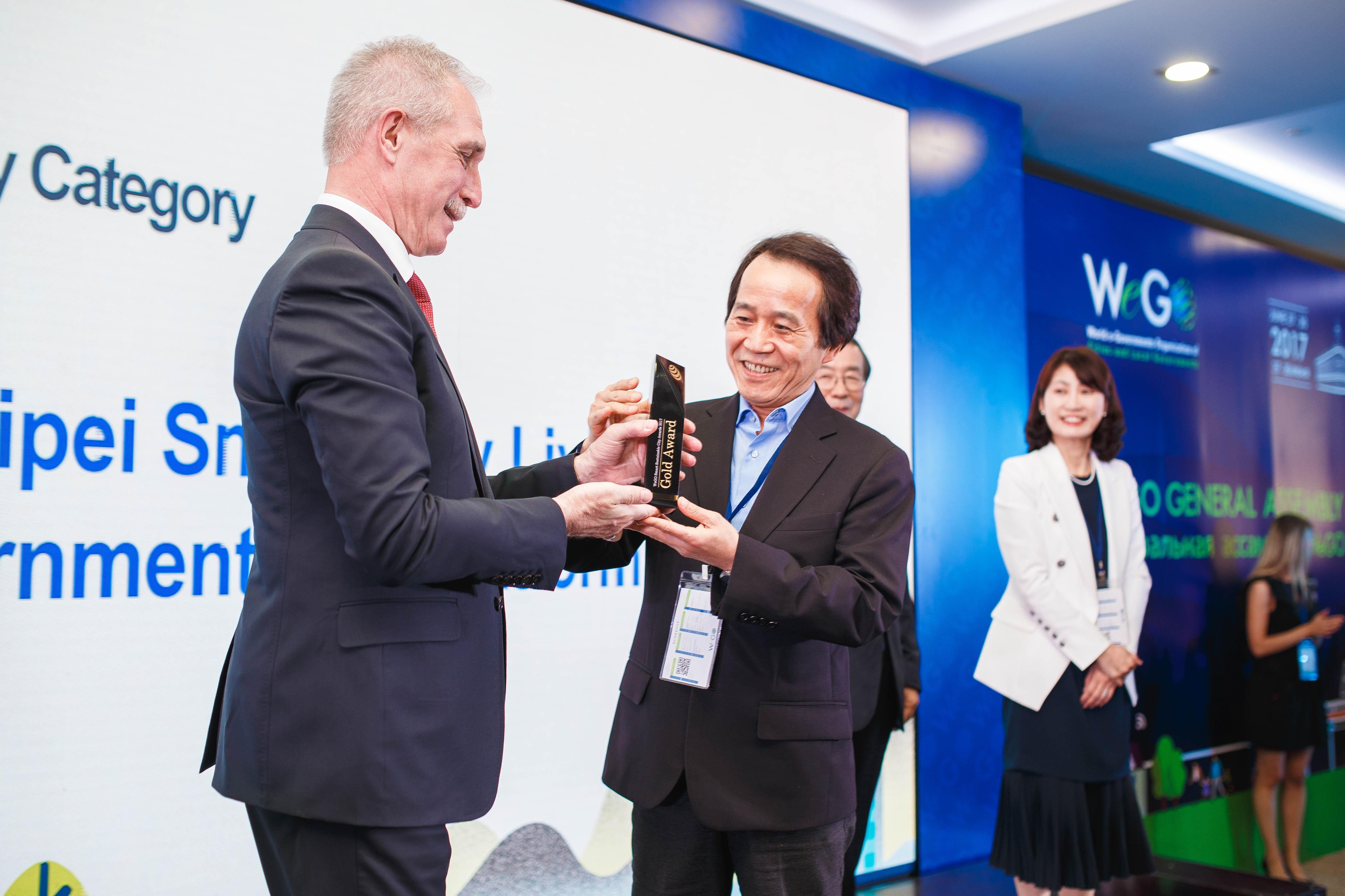 圖1:林副市長從Ulyanovsk州長Sergey I. Morozov手中接受全球合作城市金質獎座