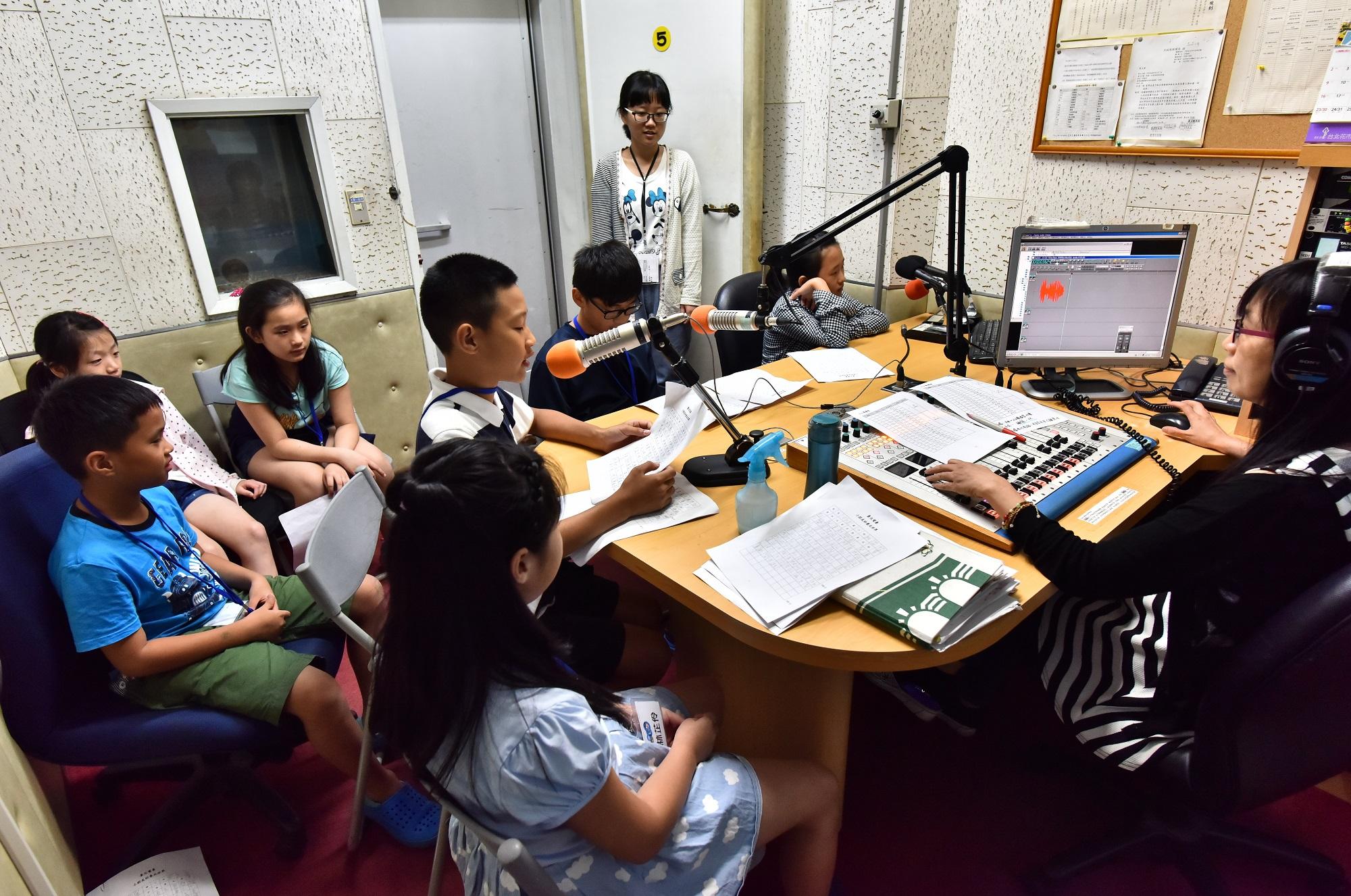 臺北電臺廣播營小朋友錄音情形
