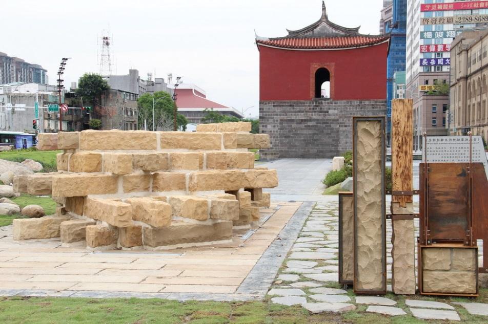 照片11.仿製真實尺寸的城牆基礎並設解說牌
