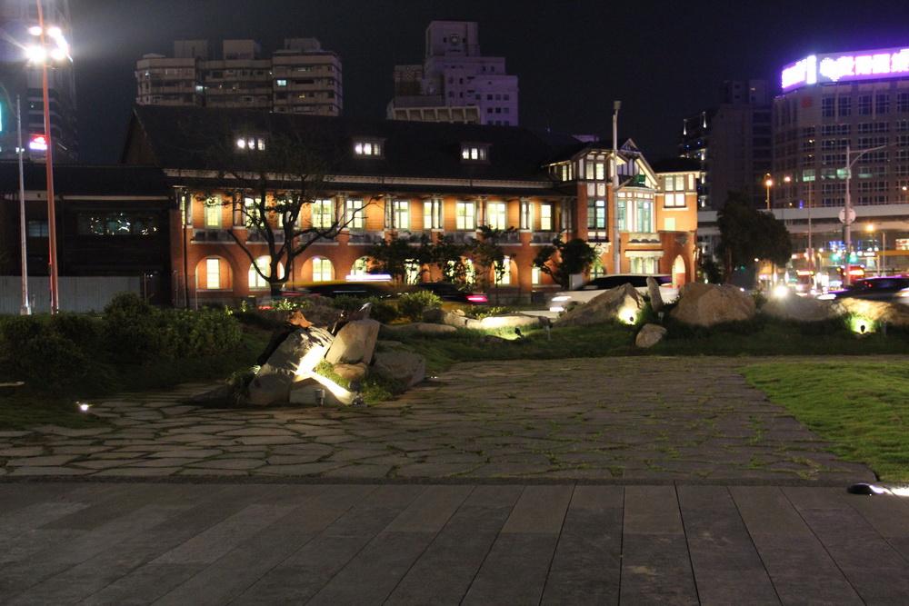 照片23.廣場幽靜夜間照明與北側「鐵道部」古蹟相呼應
