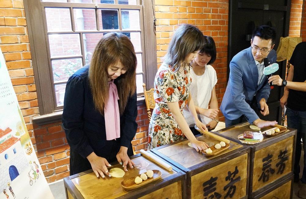簡余晏(左1)、田中里奈(左2)與李亭香餅店李佳陽副總(右1)一起製作臺北平西餅