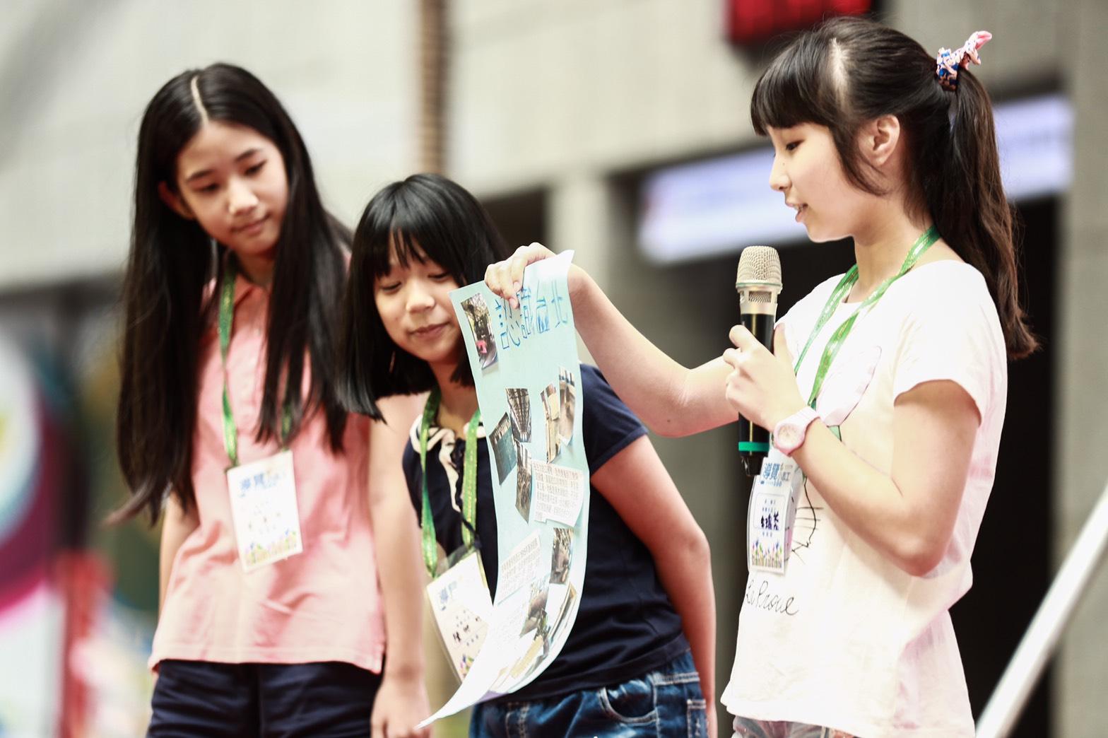 台北探索館小志工營學員活用課程所學向大家介紹臺北