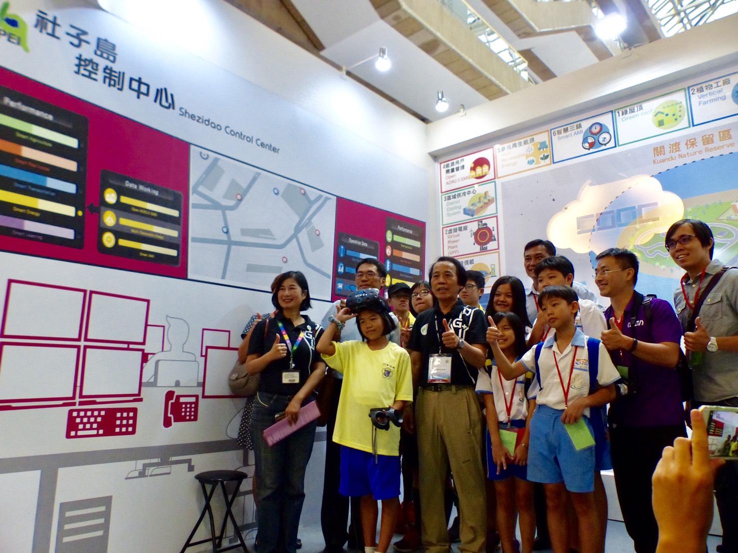 圖說:福安國中、富安國小師生,現場進行社子島智慧建設VR體驗