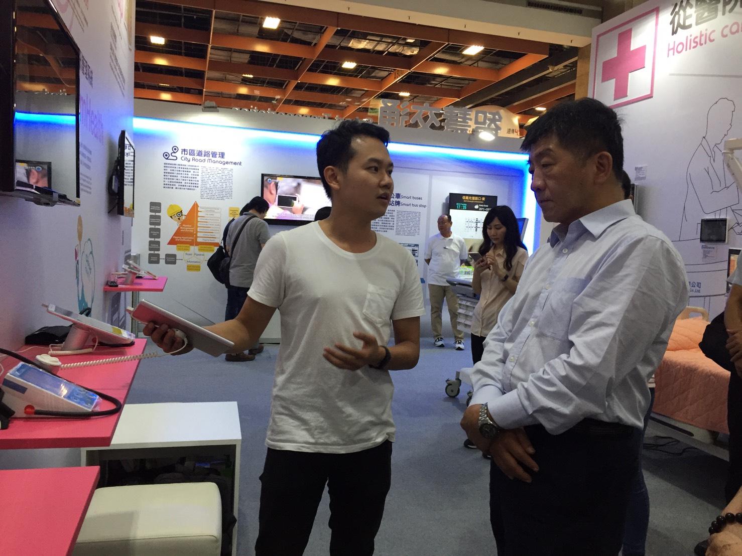 圖說:衛生福利部陳時中部長(圖右)參觀「亞洲新創台北」-智慧醫療展區。