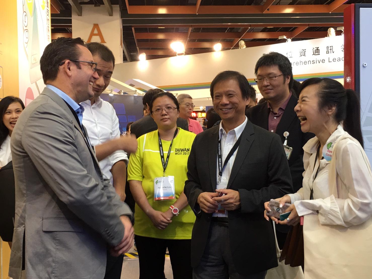 圖說:台北市政府資訊局李維斌局長(圖右3)介紹台北館特色。