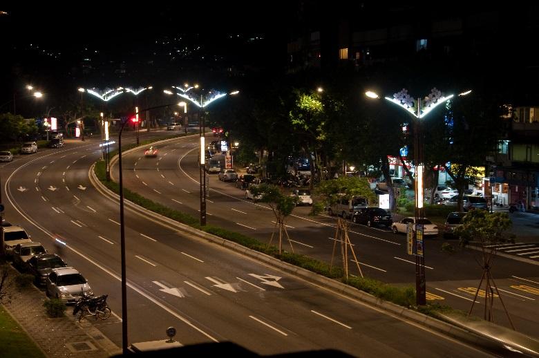 相片5-大業路櫻花路燈夜景