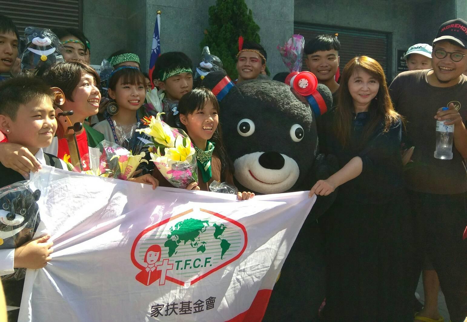臺北市政府觀光傳播局局長簡余晏贈花及熊讚娃娃給南臺北家扶中心的小朋友們,感謝參與花車遊行