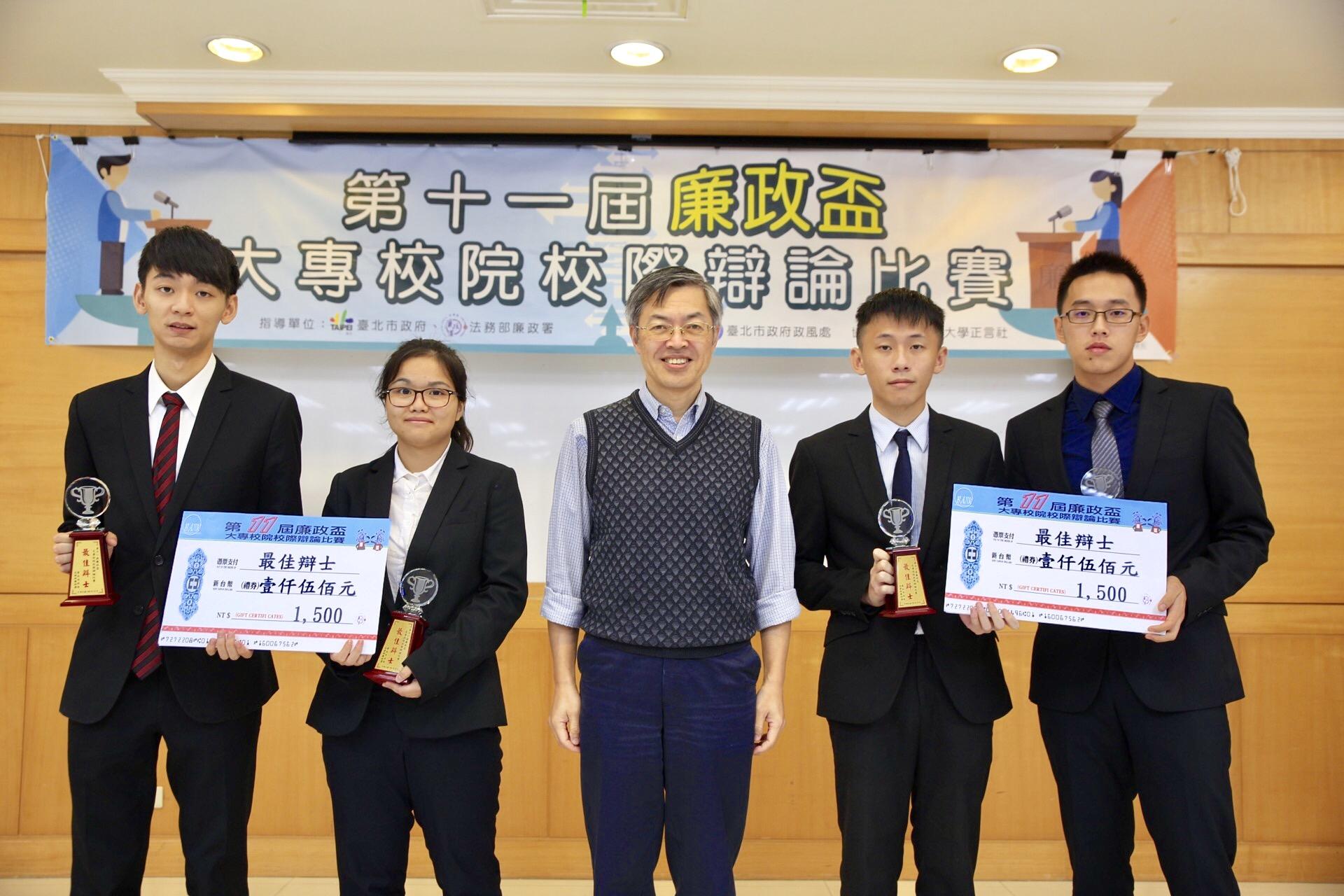 臺灣透明組織陳俊明常務理事頒發人氣辯士獎!