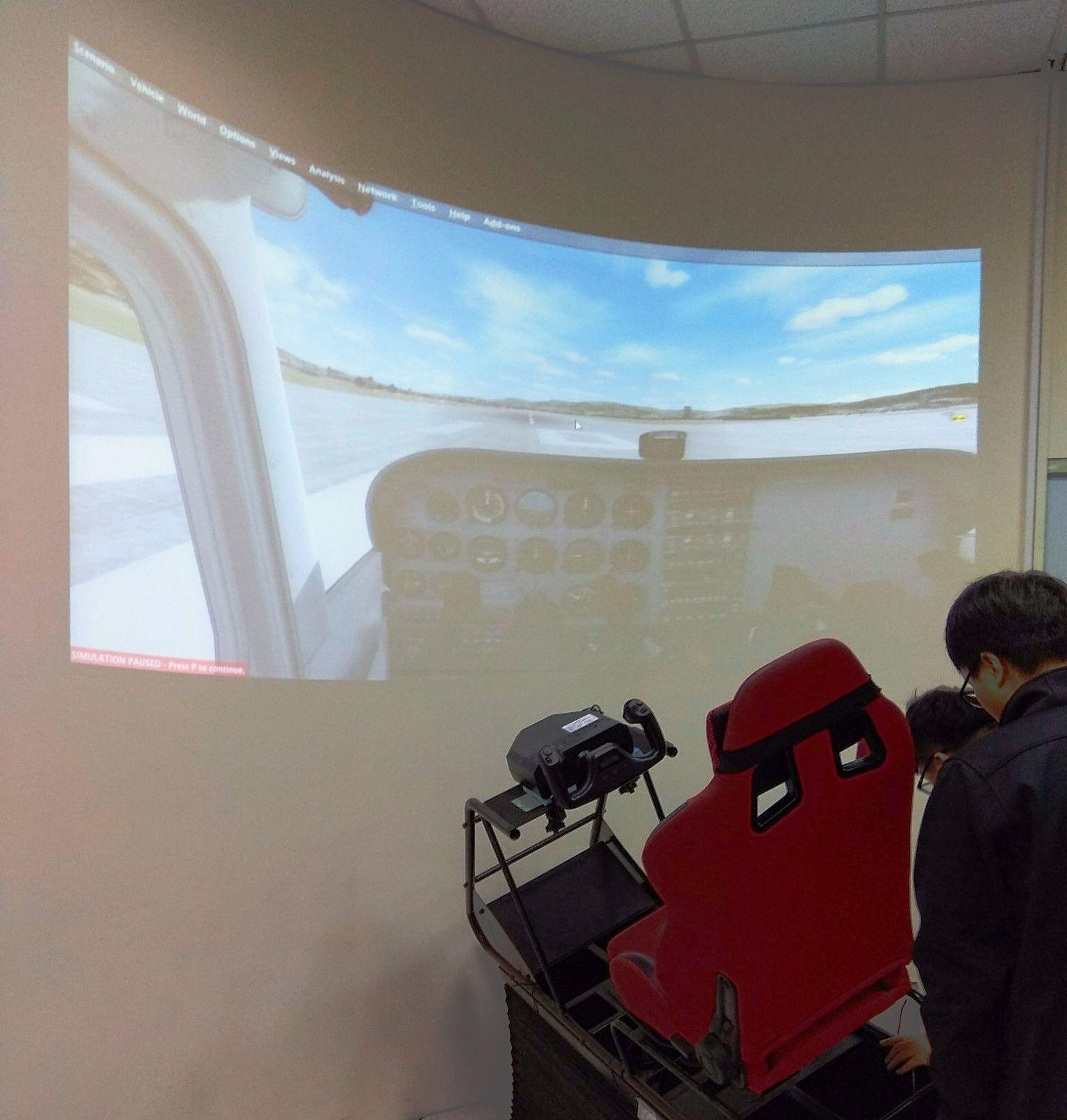 中華科大遠從新竹縣帶來三軸動感飛行模擬器,絕對要給青少年全新飛行感受。