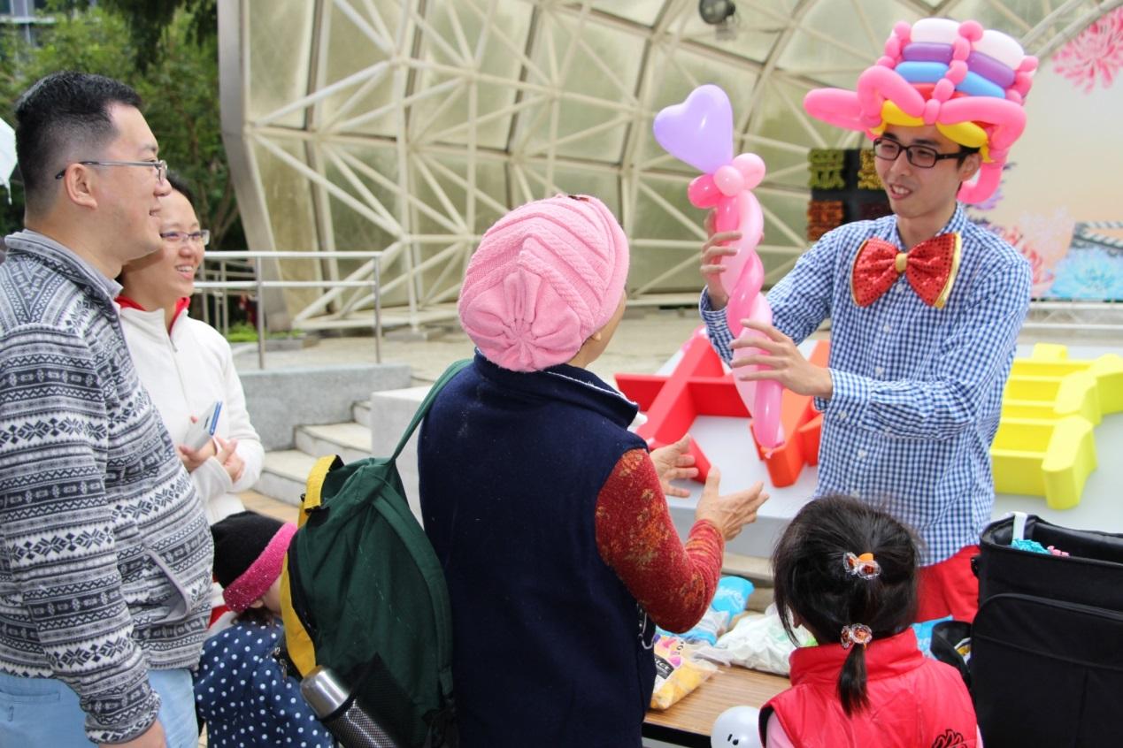 圖3. 12月2日胖打(Panda Lin)現場製作造型氣球,信手拈來即變出一支魔法丈