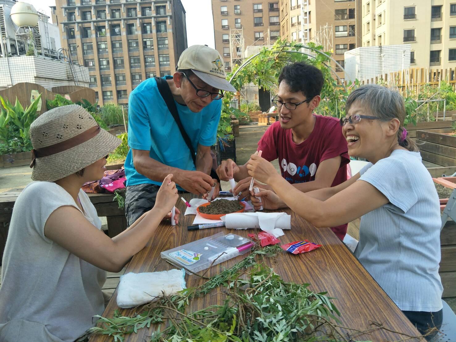 在園圃中做手工藝、話家常