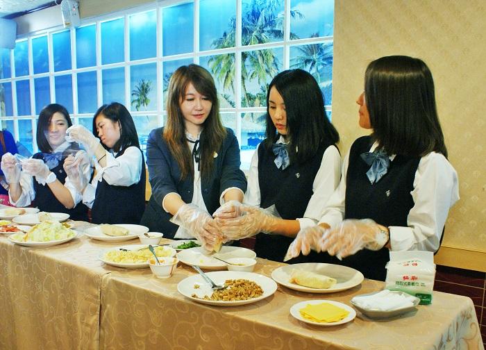 簡余晏與創志高校的學生們一起手作臺灣傳統美食-潤餅