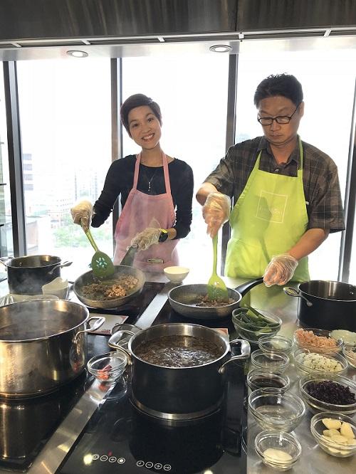 泰國媒體團初次挑戰手作臺灣經典美食滷肉飯,直呼好有趣!