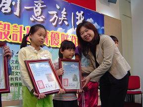 圖表:前文化局長李永萍主持展覽開幕及頒獎給得獎學生