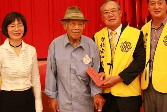 致贈儀式(2)-安和扶輪社致贈2千元禮金給低收入獨居長者代表