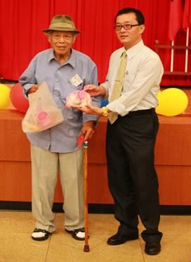 致贈儀式(2)-大安區改善民俗實踐會致贈肉粽給低收入獨居長者代表
