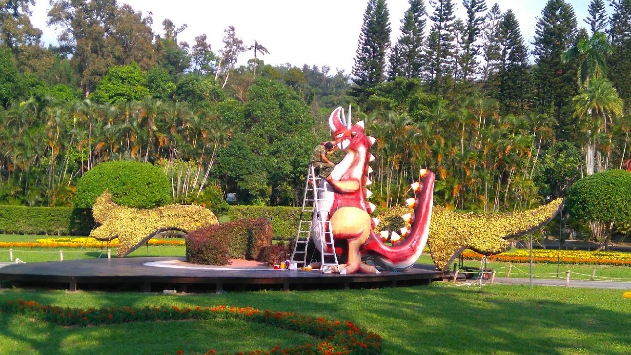 圖2、主題園區4公尺高巨型恐龍組裝中