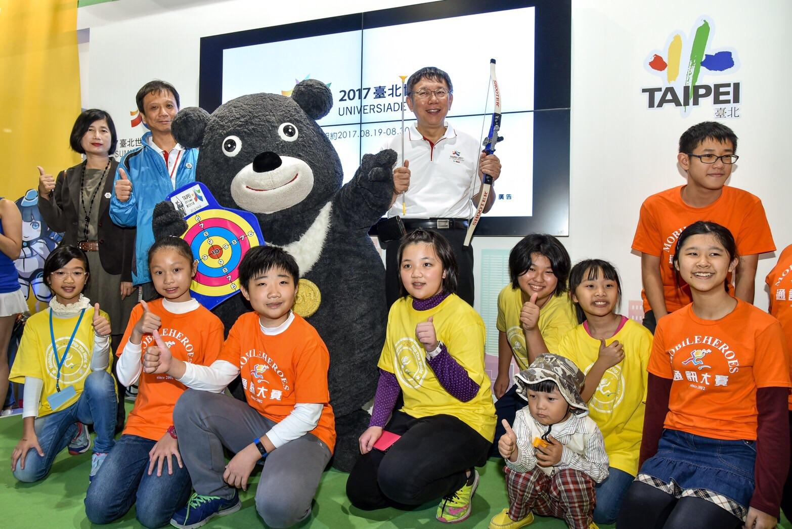 圖3:資訊局陳慧敏主秘、李維斌局長、熊讚、柯市長(從左至右)和日新國小學生合影