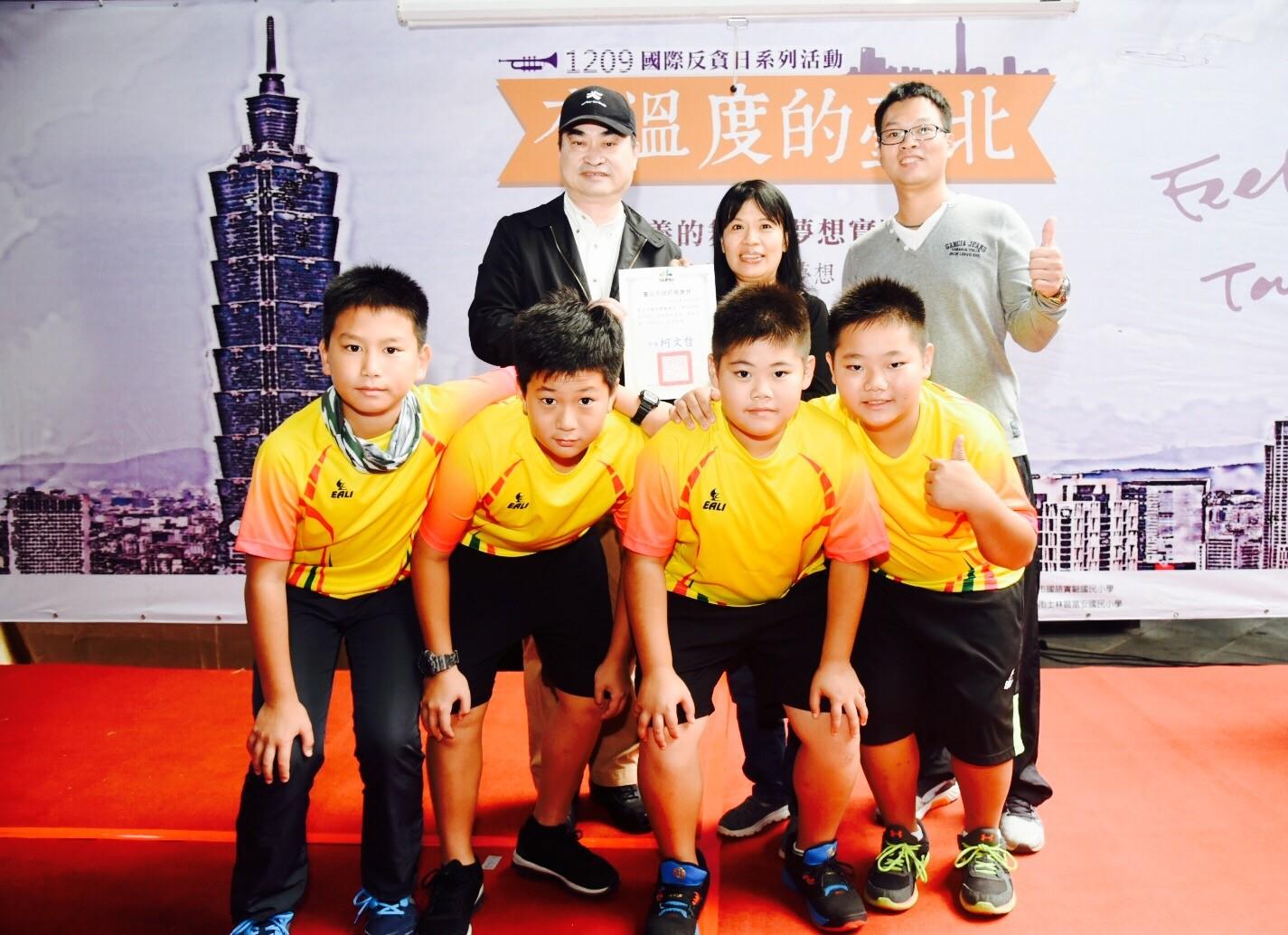 鄧副市長與射箭協會謝教練及國語實小射箭隊小朋友合影