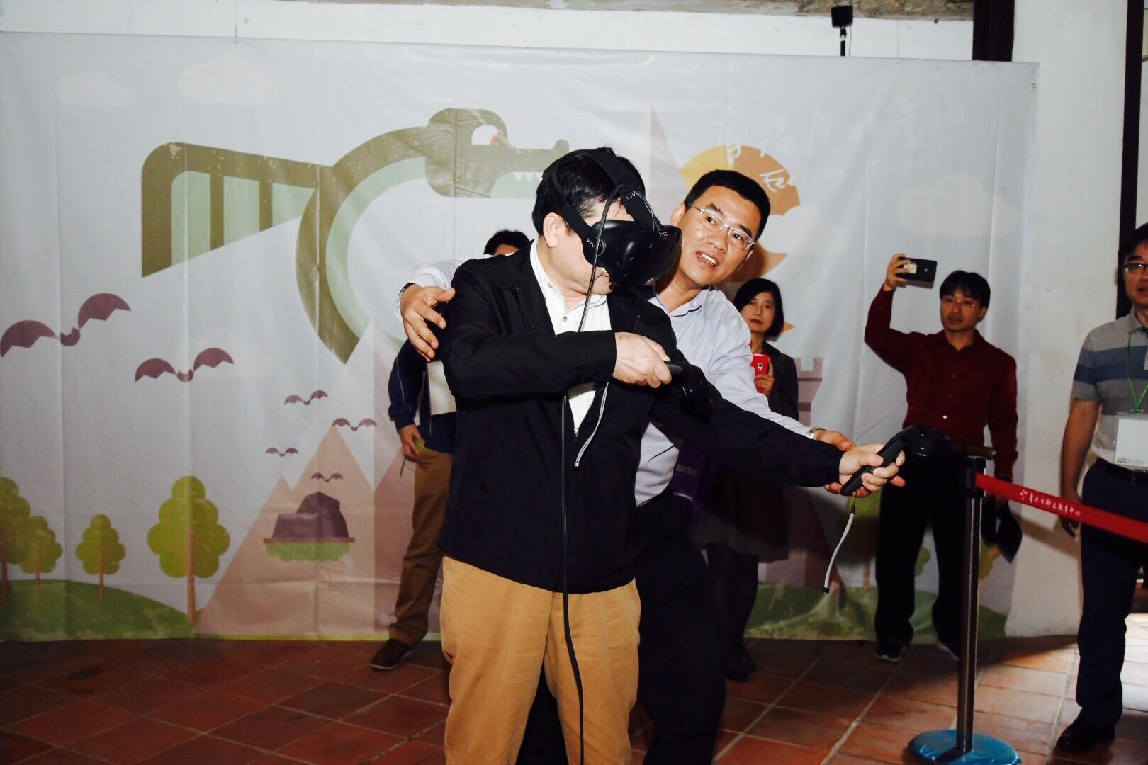 活動設有射箭體驗區,圖為鄧副市長體驗VR射箭遊戲之畫面