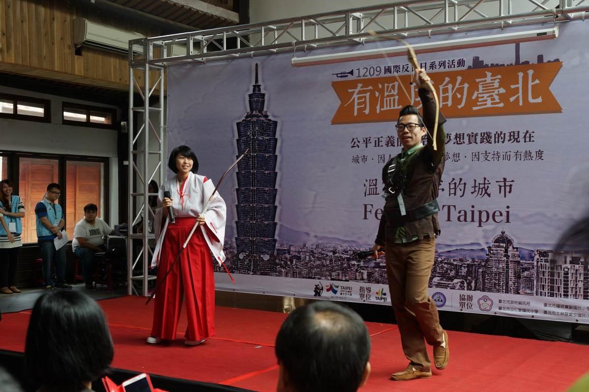 由政風人員角色扮演射箭手桔梗及羅賓漢,主持「有溫度的臺北」開幕式(1-1)