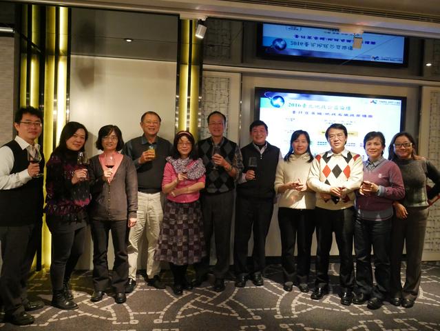 臺北地政前局長紀聰吉、黃榮峰及潘玉女副局長與同仁合影