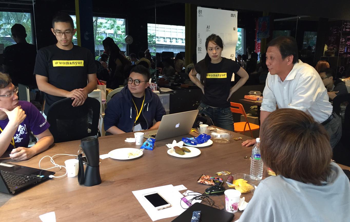 臺北市政府資訊局李維斌局長(照片右1)親臨現場與參賽者交流創意