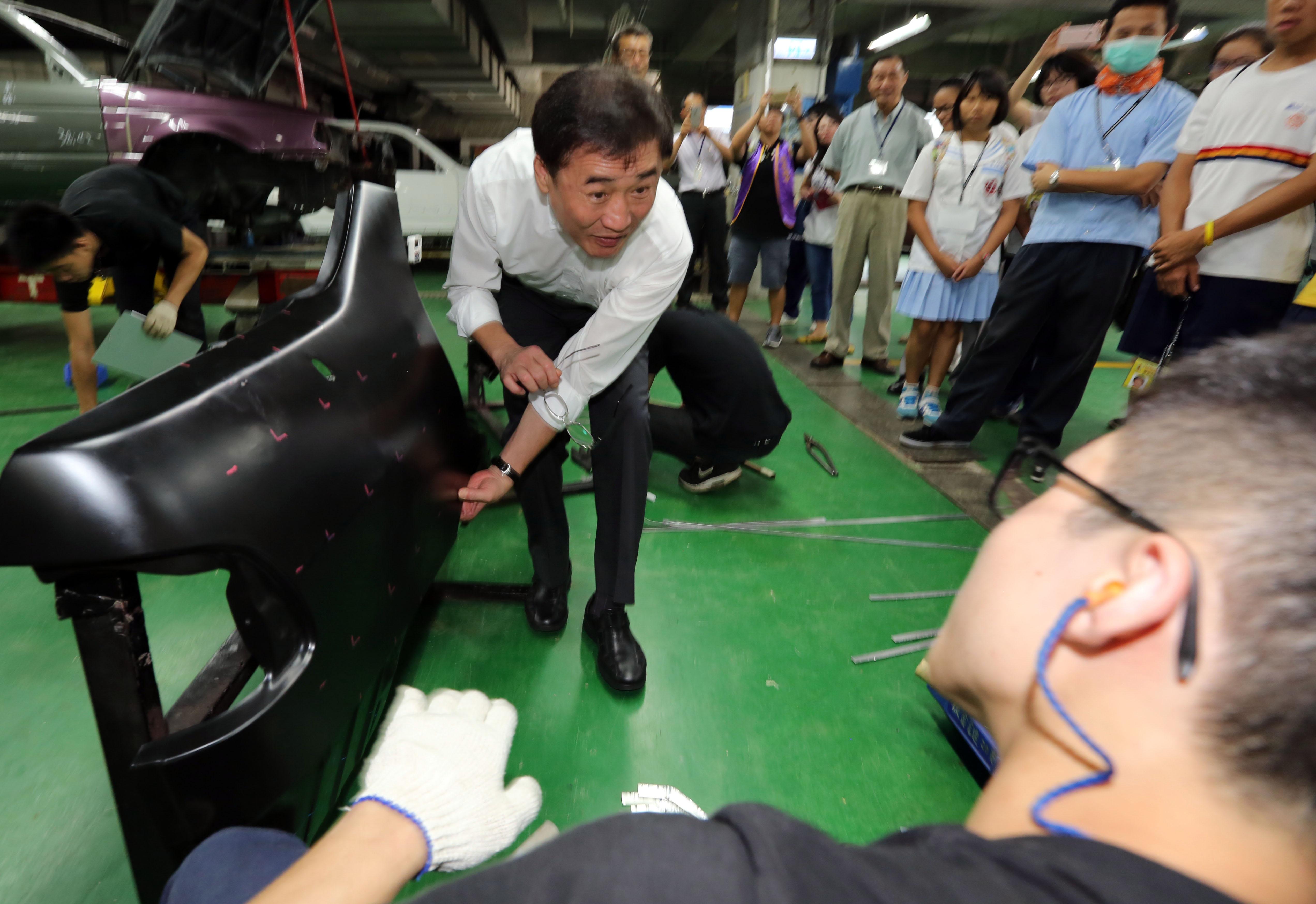 副市長陳景峻與汽車板金選手切磋起板金凹陷回復技術