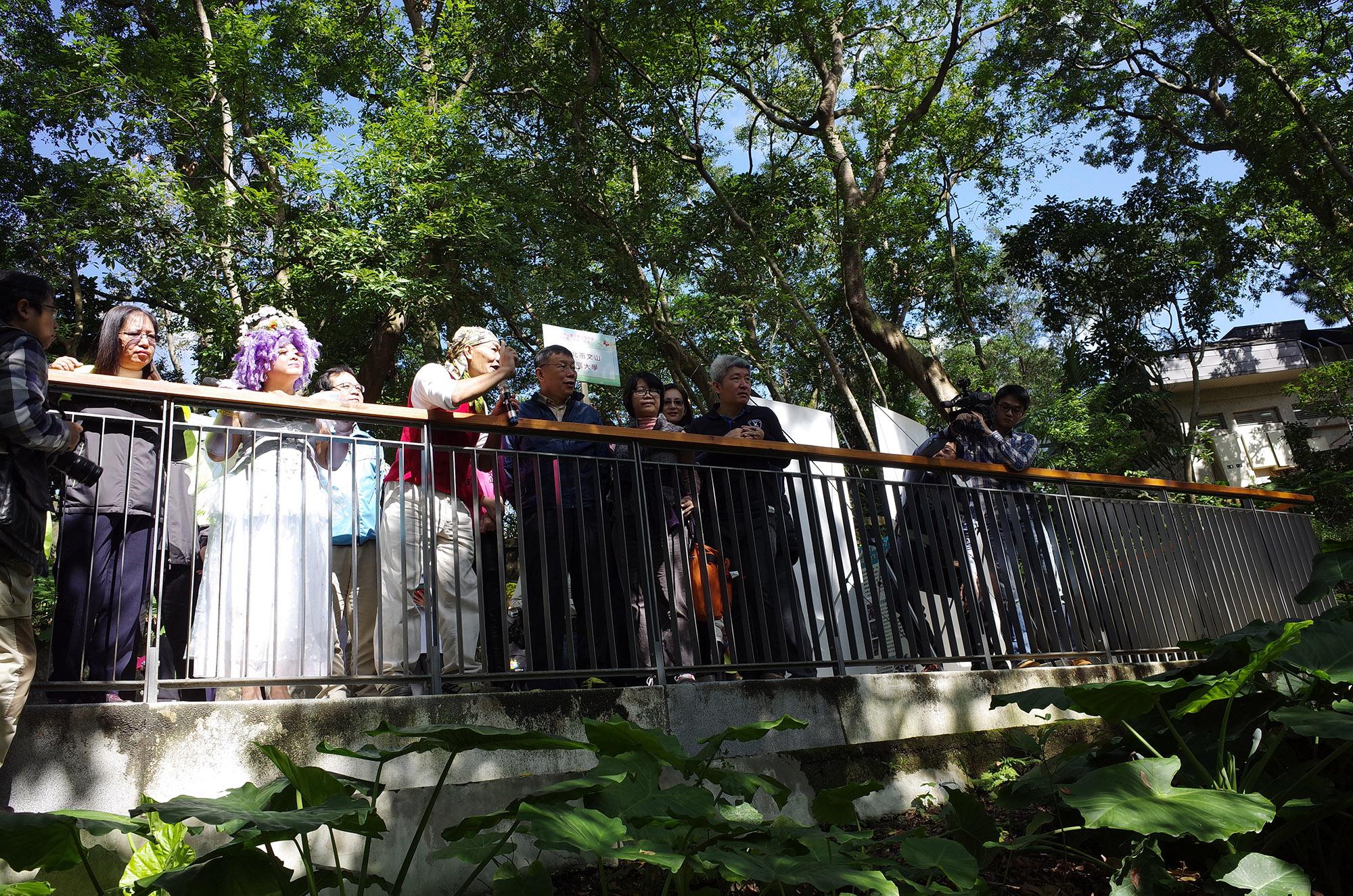 圖16.德鴻老師向市長介紹萃湖的生態以及文山社大、荒野協會與公園處共同努力的成果