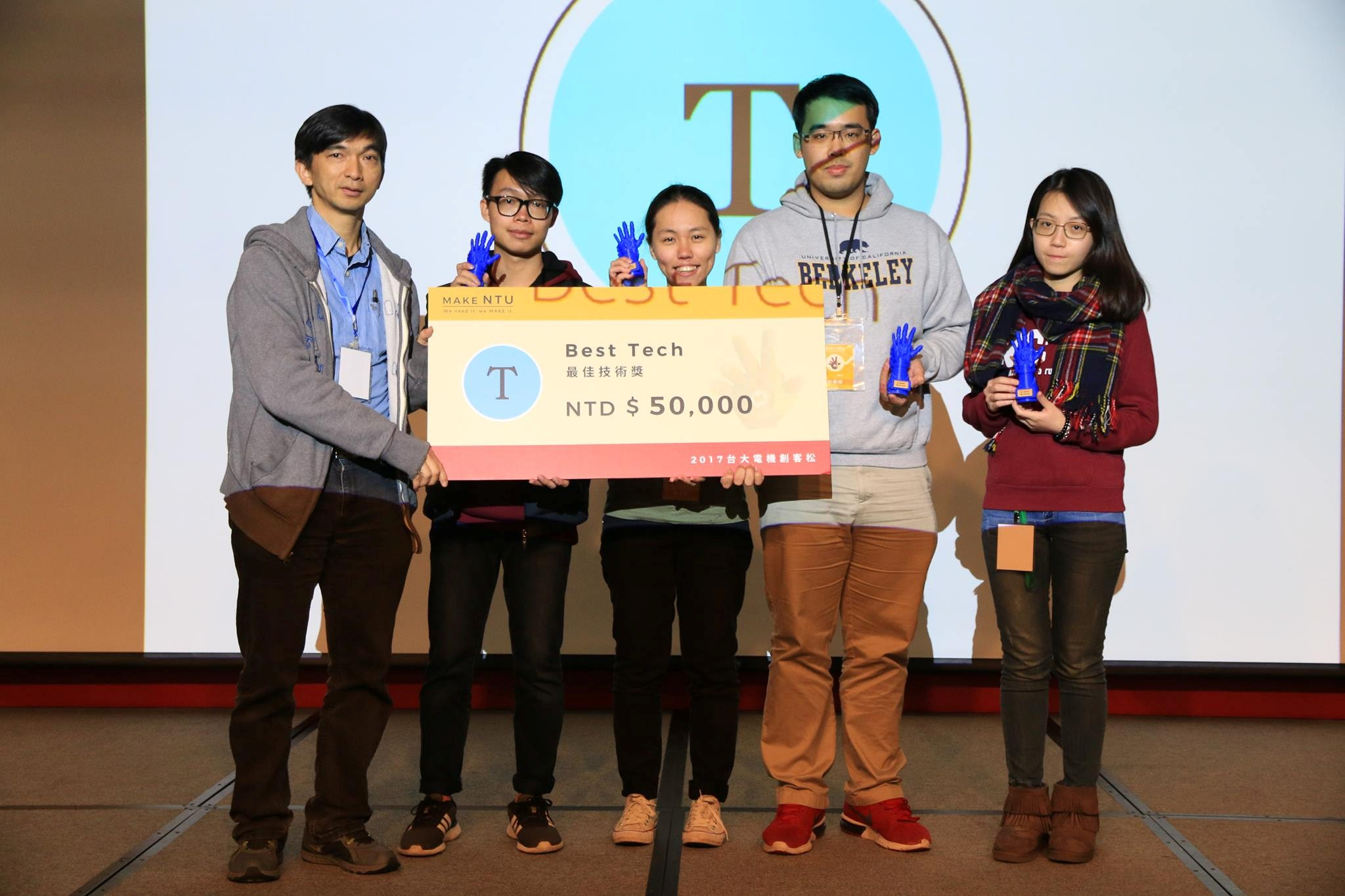 圖說:台大電機系黃鐘揚教授頒獎給最佳技術獎得獎團隊