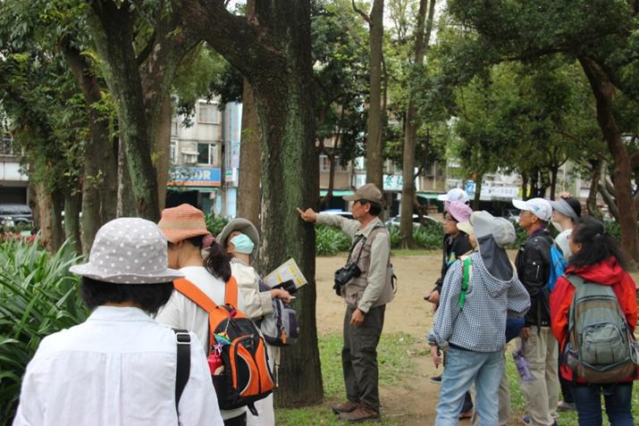 榮星花園公園志工進行棲地生態解說實況