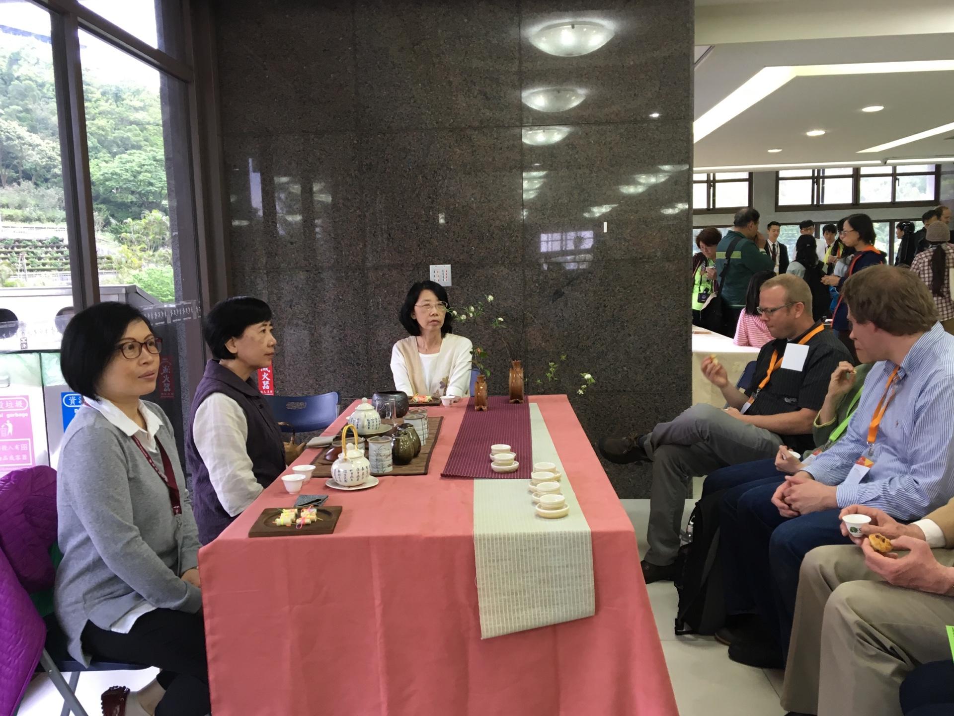 (圖3) 提供各國茶飲外更讓外國學者體驗中國茶道文化