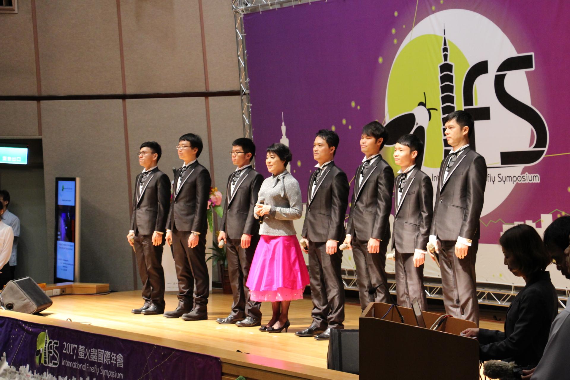 (圖7)知名聲樂家簡文秀於開幕式演唱螢火蟲之歌