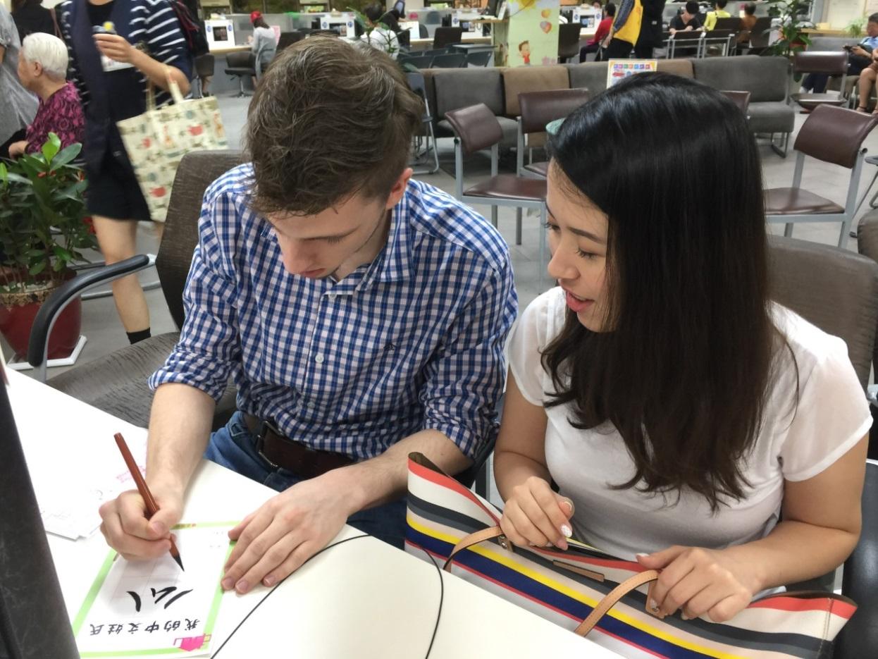 翁柏曼雖然緊張,但對寫毛筆字卻展現高度興趣。