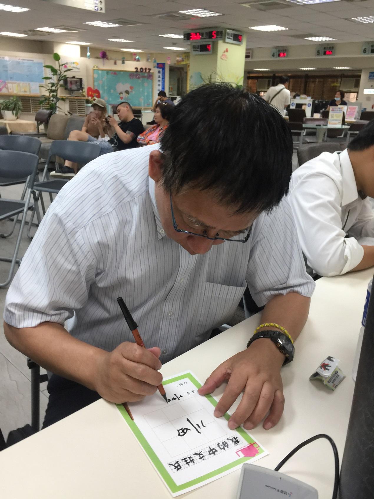 來自日本的川田裕寫毛筆字有模有樣、架式十足。