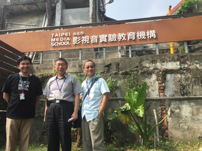 Taipei City Mayor Ko Wen-je (center), Taipei Media School (TMS) Principal Li Yuan (right), and TMS Collaborative Project Moderator Chen Yi-guang (left) pose for a photo at the Taipei Media School on Thursday, Sept. 1.