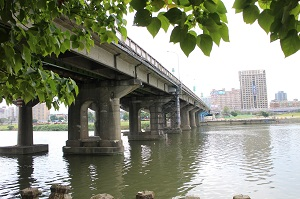 . The Zhongzheng Bridge connects the Yonghe Area in New Taipei City to the Da-an and Zhongzheng Districts in Taipei City. (Photo courtesy of the Department of Cultural Affairs)