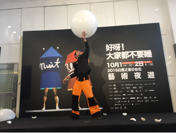 French Contemporary Circus artist Valentin Lechat performs at the Nuit Blanche Taipei press event at the Taipei Beimen Post Office building on Thursday, Sept. 22.