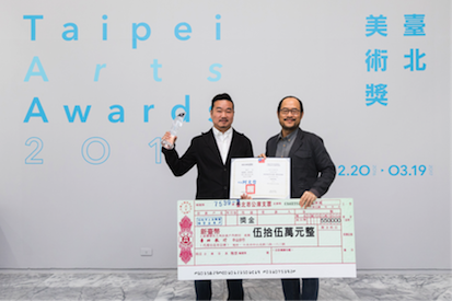 DCA Commissioner Chung Yung-Feng (right) presents a statuette, an award certificate and an oversized replica award check of NT$550,000 to first prize winner Tang Jo-Hung on Dec. 23 atTFAM.(photo courtesy of TFAM)