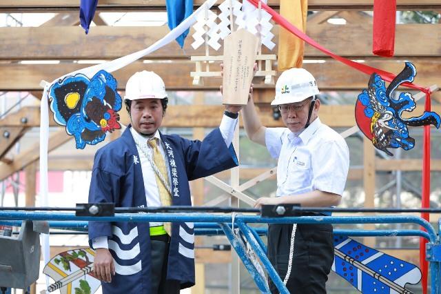 Taipei Mayor Ko Wen-je (right) during the beam-raising ceremony at Xinbeitou Railway Station on Nov. 5.