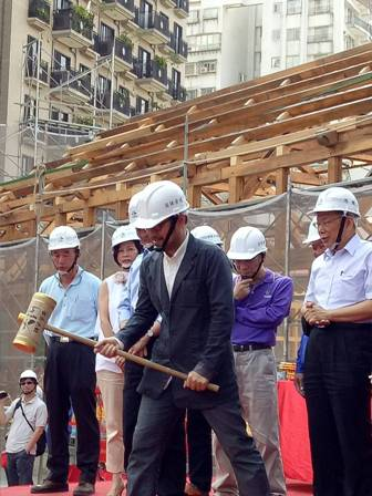 Chung Yung-feng (front), commissioner of Taipei's Cultural Affairs Department, hammers a wooden plank as a move to bring good luck to the engineering at Xinbeitou Railway Station on Nov. 5.