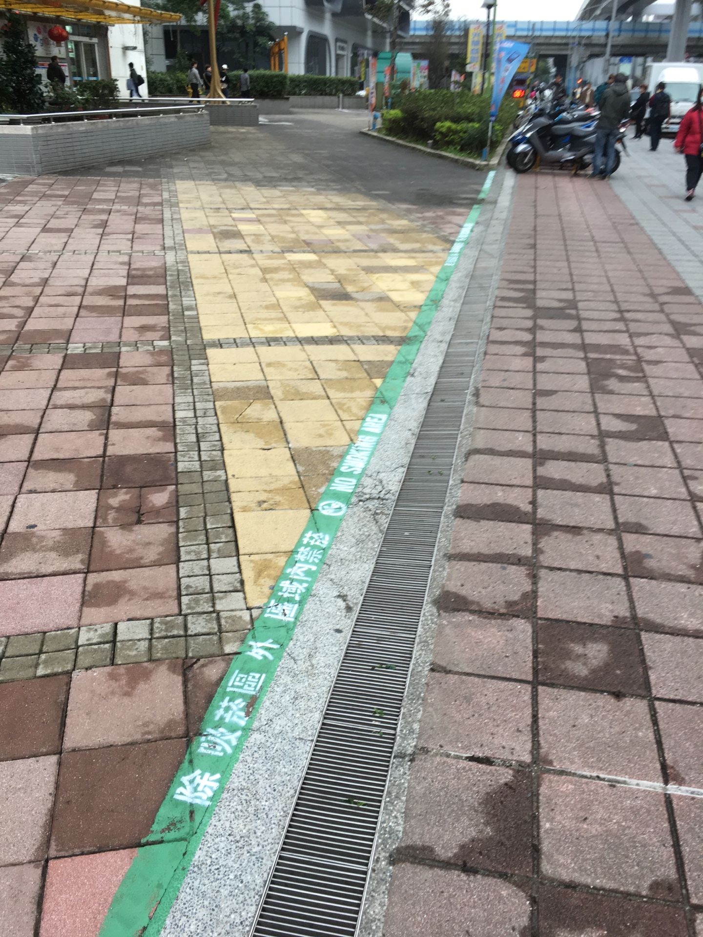 Smoke-free area around the ground floor of the surrounding areas of Guang Hua Digital Plaza