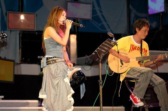 Idol star JOLIN sings