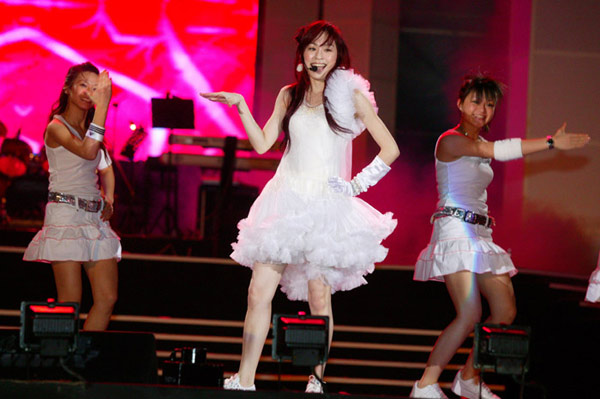 Idol star Wong Cyndi sings