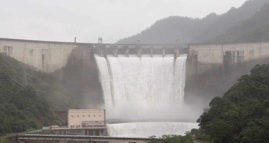翡翠水庫溢洪道故障應變措施演練-恢復8門溢洪道洩洪模擬照片